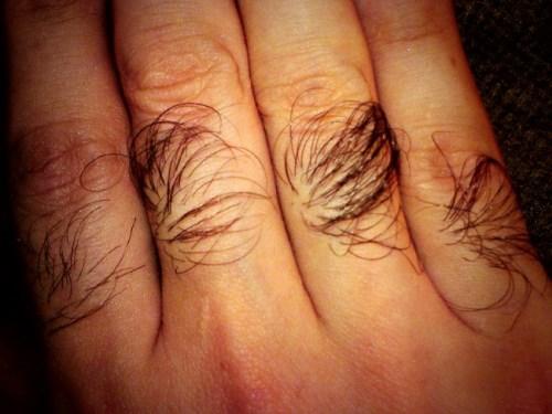 Волосы на пальцах рук у девушек