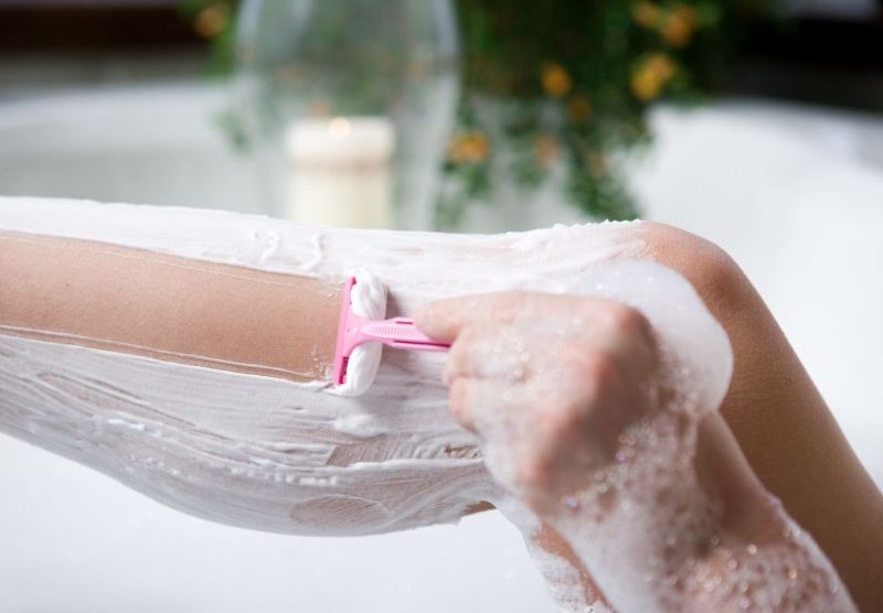 Как снять раздражение на ногах после бритья в домашних условиях - Все тайны восковой депиляции EMILY