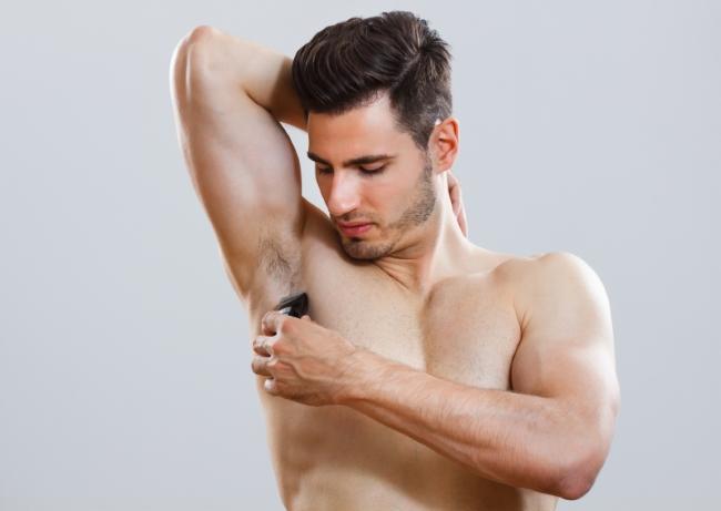 как мужчинам брить подмышки